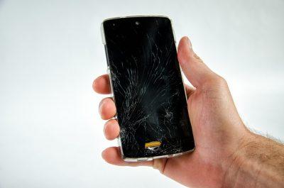 smartfón s poškodeným CD